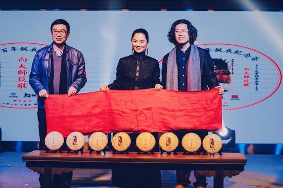 王鲁湘先生、王伯葵先生与大掌柜品牌创立者林小娟合影