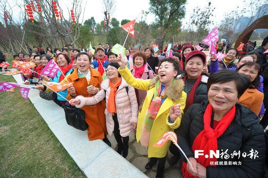 市民唱起虾油味十足的歌谣。福州日报记者 廖云岚 摄
