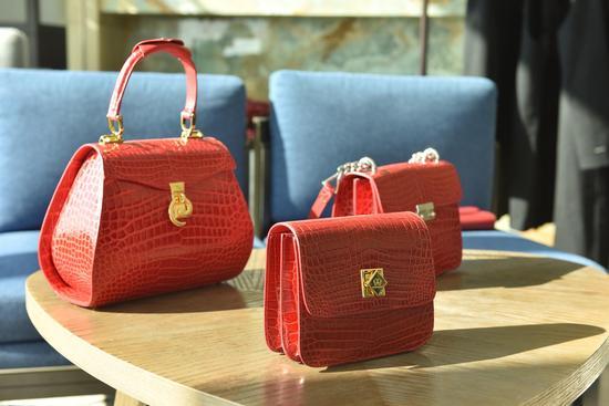 在德国、意大利这样的欧洲国家,总有一些品牌在不断钻研并坚持手工制作出产皮具,虽然数量并不多,但件件都是艺术品。每一个包拿在手中都能感受到那股细致执着的坚韧。而始建于1963年亚平宁半岛帕尔玛小镇的GORRERI就是其中的一员。GORRERI是一个非常高端的意大利品牌,善于做像鳄鱼皮、鸵鸟皮、蟒蛇皮等稀有皮质的皮具,供应商和爱马仕都是同一家,大多数皮质选择的都是POROSUS湾鳄。而且GORRERI所用的皮都是人工精心养殖的鳄鱼,从不伤害野生保护动物。