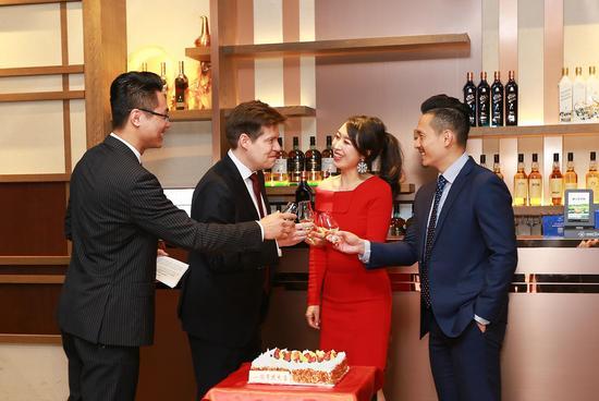 星凯酒业总经理李琼女士、帝亚吉欧中国区总经理艾恩华先生与东南区销售总监甘世全先生集体祝酒