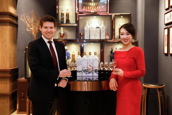 帝亚吉欧中国总经理艾恩华先生与星凯酒业总经理李琼女士共贺星凯酒业威士忌精品店一周年庆