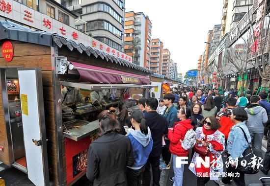 春节期间,达明美食街人气旺盛。