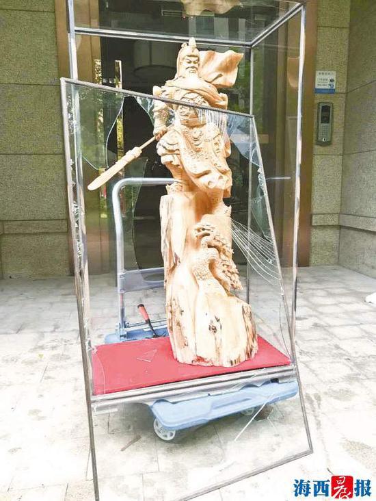 关公雕件玻璃罩破损严重。
