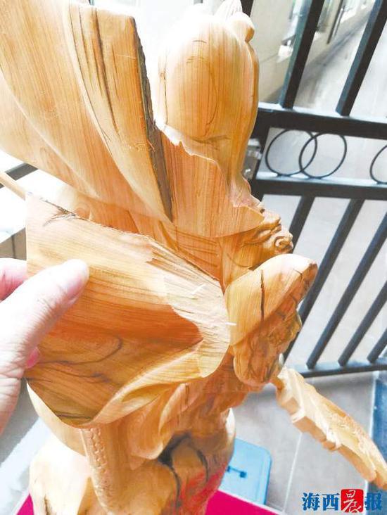 雕件木料出现破损。