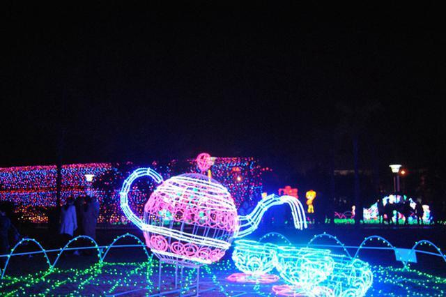 十多组灯雕点亮宁德东湖北岸公园