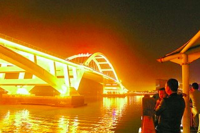 市民游客欣赏艳阳下的厦门美景后 领略鹭岛璀璨夜色