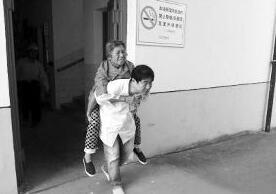 福州一90岁老人不慎摔倒 热心路人搀扶帮忙报警