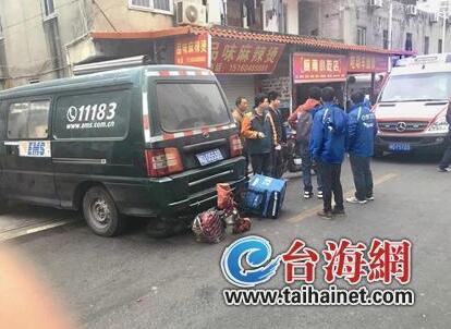厦门一外卖小哥被快递车撞到后卷入车底 众人施救