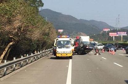 沈海高速发生惨烈车祸3死3伤 女子遭甩出倒地流血