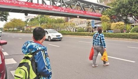 黎明大学人行天桥建成投用 横穿马路现象仍不少