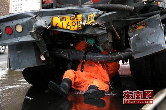 漳州龙海高速上槽罐车被追尾 30吨强腐蚀性液碱泄漏