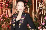 章子怡出席时尚活动 修身吊带裙性感优雅
