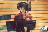 王子文录制《欢乐颂2》主题曲 短发格子衫显清爽
