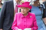 英女王现身赛马会活动 从头到脚全粉色超鲜艳