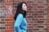 高圆圆蓝毛衣配驼色大衣 清新淡然文艺范儿街拍