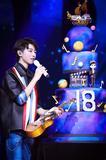 王俊凯成年礼生日Party戴撞色手链玩转时尚新潮