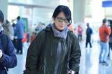 46岁俞飞鸿墨绿风衣抢镜 墨镜难遮冻龄神颜