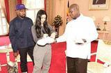 kanye 携妻子 Kim Kardashian 用自己同名品牌鞋子搞外交