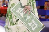 时装粥Vol.27 | 在米兰,终于有人直接把钞票贴身上了