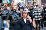 《权利的游戏》珊莎和二丫现身街拍,这对姐妹太有爱