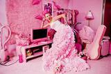 """名副其实""""粉红女郎"""" 红到时尚杂志借她房间来拍照"""