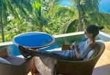 周杰伦昆凌苏梅岛度假 又去刷了当年的蜜月酒店