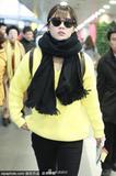 马思纯穿黄色毛衣现身机场超亮眼 独自推大行李箱无包袱
