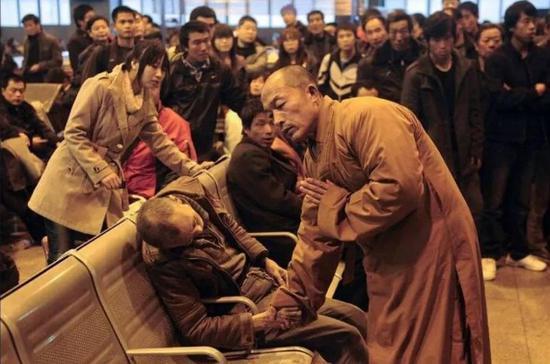 2011年11月25日,太原火车站喧嚣的候车室内,一位老人的生命倏忽离去。围观人群叹息之后只剩茫然。惟有一名正在等车的僧人,上前握住老人的手诵经超度。摄影师真实记录下了这个瞬间。