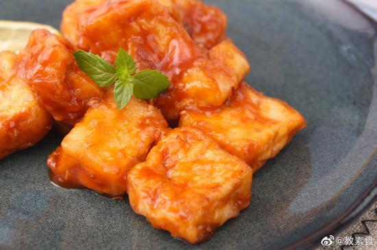 这道红汁酥豆腐,外酥里嫩,又裹满酸酸甜甜的酱汁,别提多开胃了。(图片来源:@教素食)