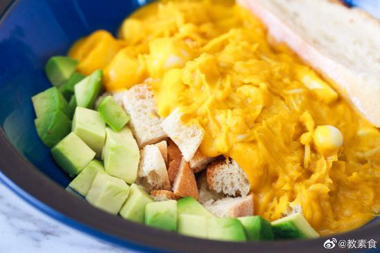 菌菇带来的鲜和南瓜带来的清香,碰撞在口腔里,再和面包或意面等食材碰撞融合