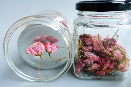 做好的盐渍樱花可以在冰箱冷藏保存很久。