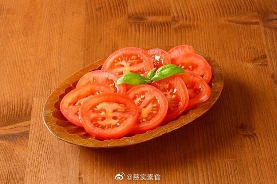 素食养生:冰镇番茄片配绵白糖