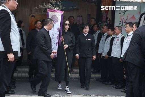 王祖贤接受媒体访问,突然泪崩。