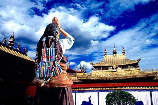 解决三毒烦恼最殊胜、最彻底、最圆满的方法就是佛法。