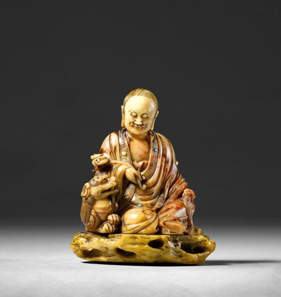 十七世纪鸡血石雕刻的罗汉坐像