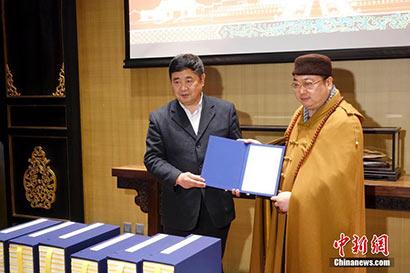 单霁翔院长向捐赠者代表延藏法师颁发捐赠证书。(中新网  摄影:杜洋)
