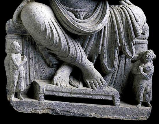 此像为3-4世纪犍陀罗石雕,刻画的是正在兜率天说法的弥勒菩萨形象:交脚坐于平台之上