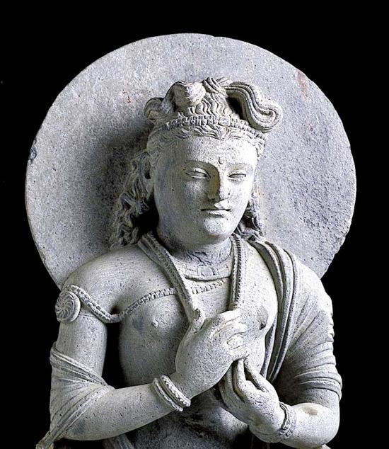此像为3-4世纪犍陀罗石雕,刻画的是正在兜率天说法的弥勒菩萨形象