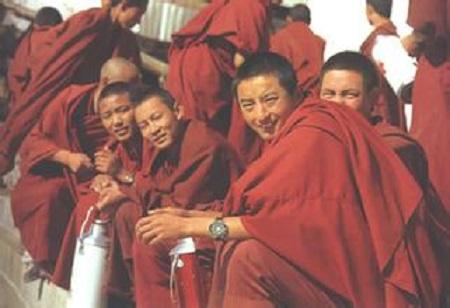进入西藏佛学院学习后,门许活佛每天学习的时间不比在普通中学少