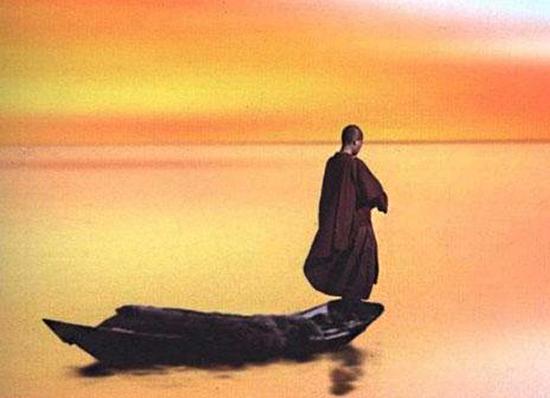 僧人背影意境图片-达照法师 无助的自由