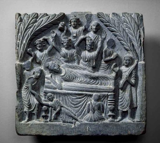 牛津大学阿什莫尔博物馆藏二世纪巴基斯坦贵霜时期片岩浮雕佛陀涅槃像。(图:慧日佛艺)