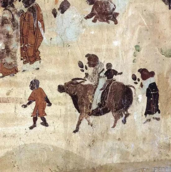 世俗信徒善男信女们, 或徒步或骑牛背小儿,赶赴岸边,迎观佛像
