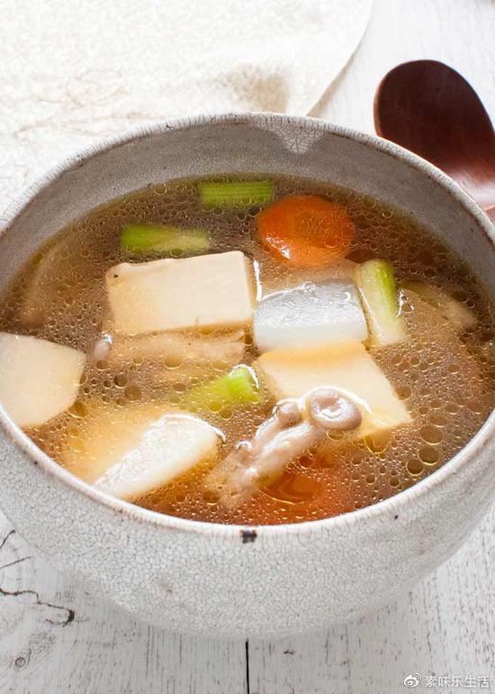 秋天喝一碗这样的蔬菜杂锦煮汤,既温暖饱腹,又营养齐全。