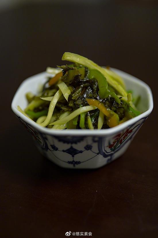素食养生:青椒雪菜炒茭白丝