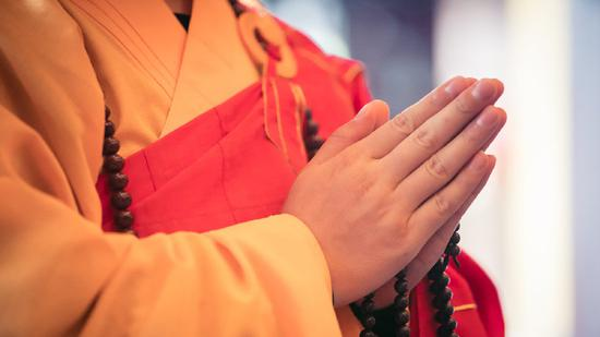 """《佛说业报差别经》中说道""""若有众生,恭敬合掌,得十种功德""""(图:上海玉佛禅寺)"""