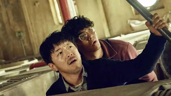电影主角马进(黄渤饰)与表弟马小兴(张艺兴饰)同在一间公司工作。