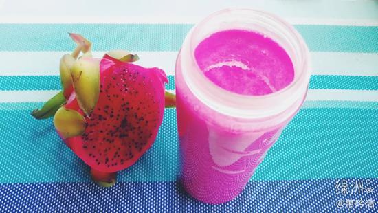 红心火龙果、香蕉、豆奶一起打成果昔,口感丰富又有营养。(图片来源:@箫吟清)