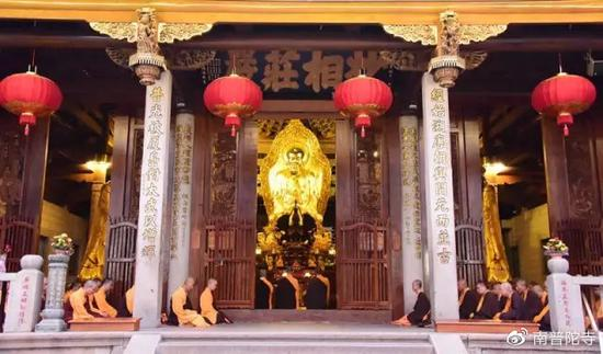 在寺院里不能踩门槛,与其说是禁忌,不如说是包含了吉祥寓意和文化内涵。(图片来源:南普陀寺)