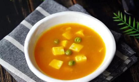 南瓜洗净后切片;豆腐切丁;豌豆洗净,沥水