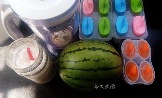 材料:西瓜1个(1532克),绵白糖100克